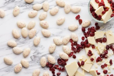 White chocolate & cranberries pebbles